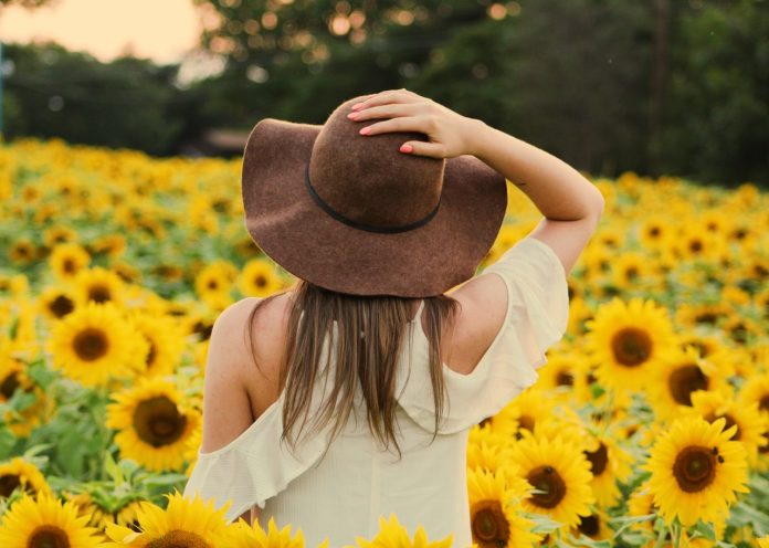 kobieta w sukience w kapeluszu