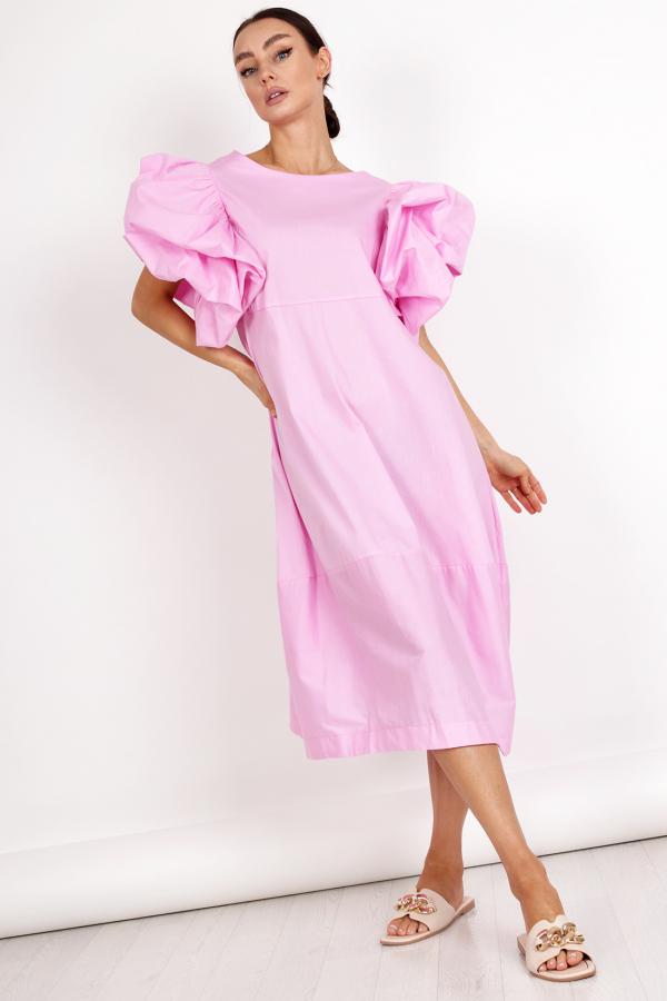 kobieta w różowej sukience z rękawkami bufkami