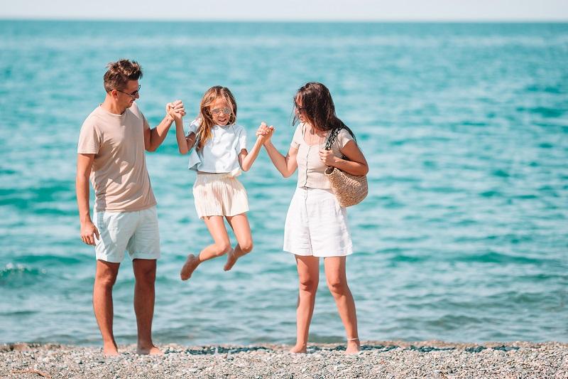 młoda rodzina z dzieckiem na plaży