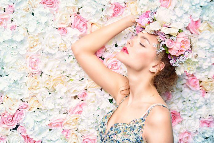 kobieta kwitnące kwiaty