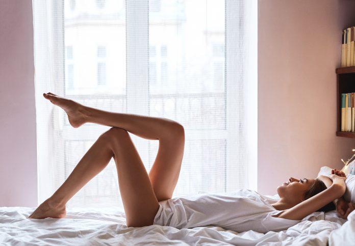 piękna kobieta w łóżku seks na odległość