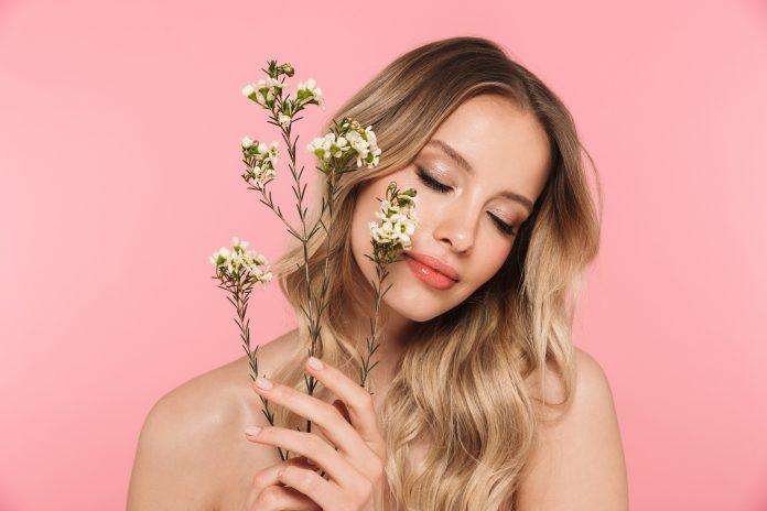kobieta z delikatnymi kwiatami