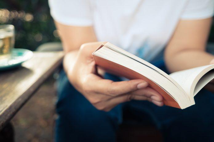 czytanie w ogrodzie