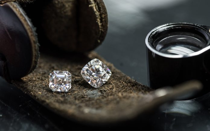 diamenty na skórzanym pasku
