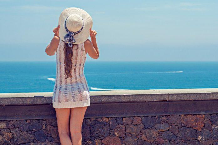 kobieta w kapeluszu nad morzem
