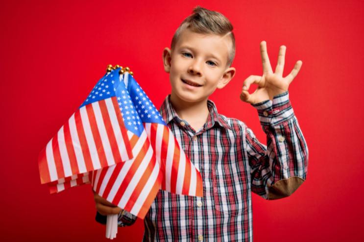 chłopiec z flagami amerykańskimi