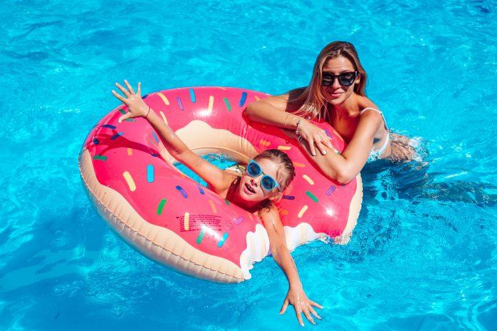 matka z córką w basenie