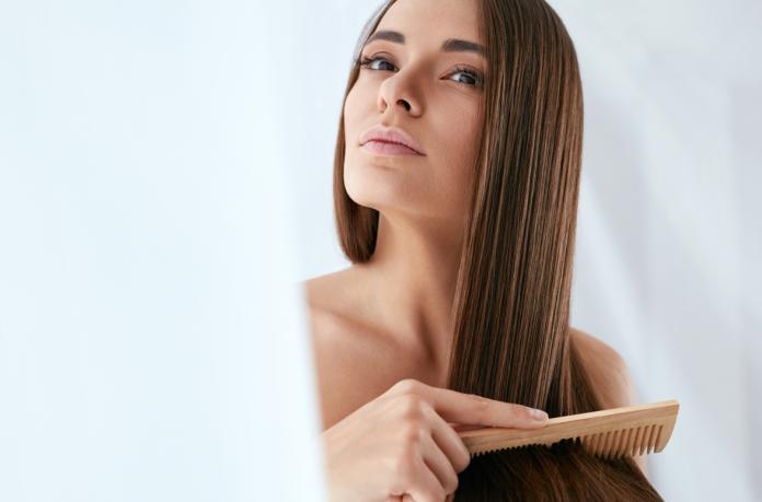 kobieta czesząca włosy